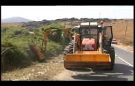 El Ayuntamiento limpia los márgenes de un tramo de la carretera vieja de Los Barrios