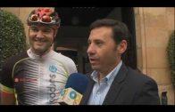 Se entrega la bandera de la ciudad a ciclistas que comienzan el Camino de Santiago desde Algeciras