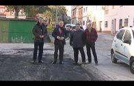 El alcalde supervisa los trabajos de asfaltado de la calle Tulipán de La Granja
