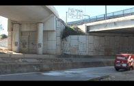 Rescatan al conductor de un vehículo tras salirse de la vía y caer unos seis metros en Algeciras