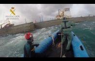 La Guardia Civil recupera 17 fardos de hachís que flotaban en el dique norte del puerto de Algeciras