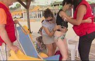 Los mayores dependientes disfrutan de la playa con el programa de Igualdad y Bienestar Social