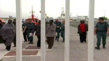 Rescatados siete inmigrantes en una patera a ocho millas de Tarifa