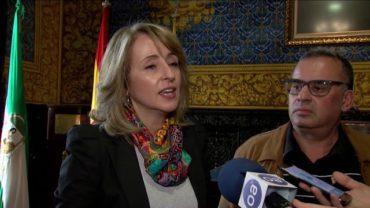 """El alcalde impone la insignia de la ciudad al presidente del Ateneo """"José Román"""""""