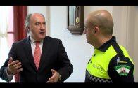 El alcalde recibe a los policías locales condecorados por salvar la vida a un bebé de 12 días