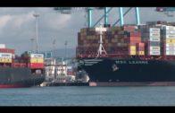 Bomberos de Algeciras intervienen en el incendio en el interior del recinto portuario
