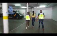 La Policía Local denuncia a dos establecimientos comerciales por arrojar cartones a la vía pública