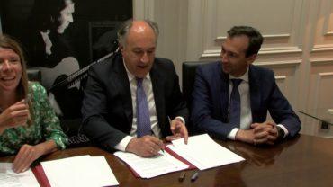 El alcalde firma un convenio de colaboración con Cajasol y La Caixa para el V Encuentro de Guitarra Paco de Lucía