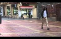 Algesa elimina los chicles pegados al suelo de la calle Emilio Castelar antes de su ornamentación