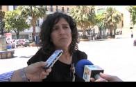 La restauradora Patricia Casado examina las cerámicas de la plaza Alta