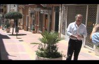El alcalde supervisa el estado final de la nueva ornamentación de la calle Prim