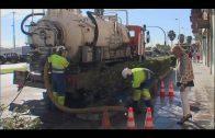 Emalgesa limpia las redes de saneamiento y los imbornales de la avenida Virgen del Carmen
