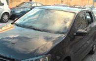 Aparecen destrozados varios vehículos aparcados en la calle Juan XXIII