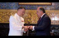 El alcalde entrega la Insignia de la Ciudad al almirante de la Flota de la Armada Española