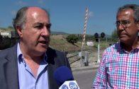Técnicos de Adif visitan junto al alcalde el paso a nivel de La Perlita  antes de comenzar las obras
