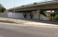 El Ayuntamiento adecenta el muro de sujeción del puente sobre el Acceso Norte