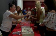 Las fans de Los gemeliers participan en la promoción del concierto de estos artistas en Algeciras