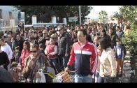 Los niños de Algeciras llaman a los Reyes Magos con el tradicional arrastre de latas