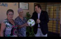 El Algeciras CF hace entrega de un balón firmado a la AFA