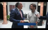 El escritor Jaco Peña entrega al alcalde el primer ejemplar de su nuevo libro