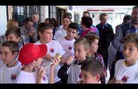 Landaluce anima a los pequeños participantes del concurso infantil de la escuela pesca de El Mero