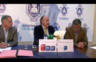 Landaluce muestra la tarjeta que el Senado facilita a todos los senadores para el pago de los peajes