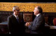 El alcalde impone la insignia de la ciudad al expresidente de los  belenistas, Juan Mauricio Forner