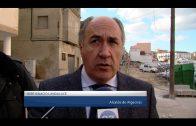 El alcalde visita el inicio de las obras de mejora del acerado de la calle Aníbal