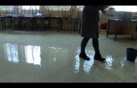 Operarios y  profesores del CEIP Andalucía continúan trabajando para minimizar  daños del temporal