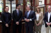 El alcalde felicita al pianista Diego Valdivia y al guitarrista Daniel Valenzuela por sus éxitos