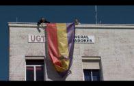 El Partido Comunista reivindica la III República en Algeciras con el izado de una bandera