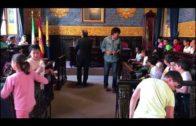 El alcalde recibe en el Salón de plenos a los alumnos del colegio Campo de Gibraltar
