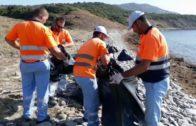 La delegación municipal de Playas lleva a cabo la limpieza de la playa Cala Arena