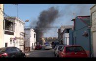 Los bomberos sofocan un incendio en una vivienda abandonada