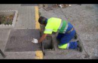 Pajares supervisa los trabajos de limpieza de imbornales en la Avenida España