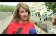 Pintor supervisa los trabajos de limpieza en las murallas medievales en Algeciras
