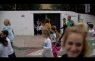 Alumnos de colegios algecireños protagonizan una marcha contra la leucemia infantil