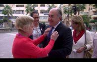 El alcalde visita las mesas informativas sobre el cáncer de mama