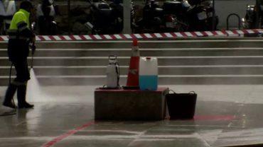 Limpieza ejecuta tareas de limpieza y adecentamiento en la Plaza de Andalucía