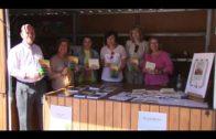 Miembros de la AVV El Embarcadero firman ejemplares de sus libros