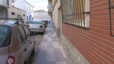 El Ayuntamiento  repara los desperfectos en el acerado de la calle Ignacio Zuloaga