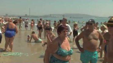 Miles de personas se congregaron en la Playa del Rinconcillo para ver a la imagen de la Palma