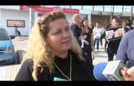 Concentración contra el acoso escolar en el IES García Lorca ante un caso de una alumna