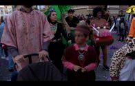 La Cabalgata del Humor llena de ambiente las calles en el arranque del Carnaval Especial