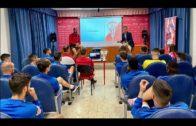 La plantilla del Algeciras recibe una charla sobre el coronavirus