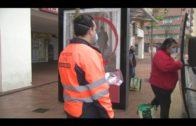 El Ayuntamiento vuelve a repartir mascarillas entre los usuarios del transporte público