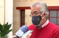 Landaluce entrega mascarillas y cartelería a comerciantes
