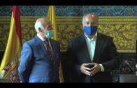 El alcalde entrega la insignia de la ciudad al profesor Salvador Marcet por su jubilación