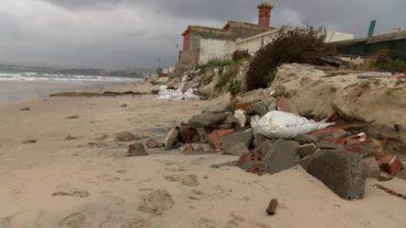 Emalgesa continúa con la retirada de tuberías en la playa del Rinconcillo