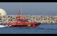 Trasladan al Puerto de Algeciras a 14 hombres rescatados de una patera de madera